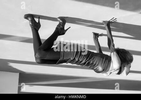 De prix avec de grandes ombres. Surréaliste en noir et blanc image inversée Banque D'Images
