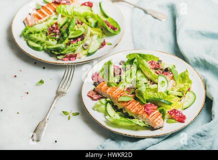 L'énergie saine stimuler salade de printemps avec du saumon grillé, d'orange sanguine, olives, concombre et le quinoa, Banque D'Images