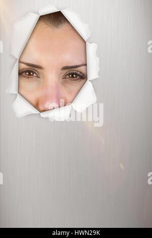Portrait de femme belle de faire face contre fond bleu 3d Banque D'Images