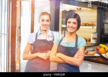 L'image graphique de flare contre jolie serveuse smiling at camera Banque D'Images