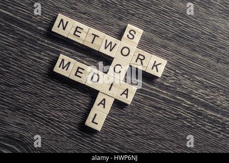 Mots-clés médias conceptuel sur la table avec des éléments de jeu faisant Banque D'Images