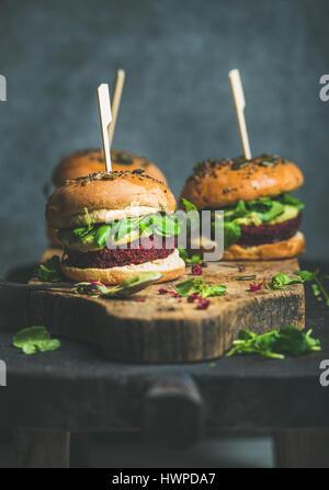 Burger végétalien sain de betterave-quinoa patty, propre concept de l'alimentation