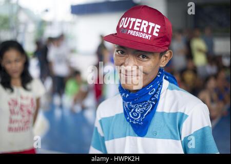 23 septembre 2016 - Région de la capitale nationale, Manille, Philippines - un jeune homme qui surrended à la police Banque D'Images