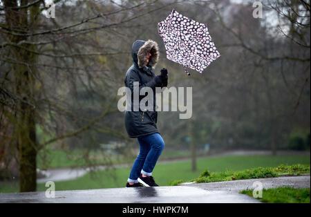 Brighton, UK. Mar 22, 2017. Une femme lutte avec son parapluie mouillé sur un matin froid et venteux à Brighton Banque D'Images