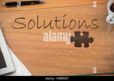 Puzzle pièce sur fond noir contre lavis dun bureau banque dimages