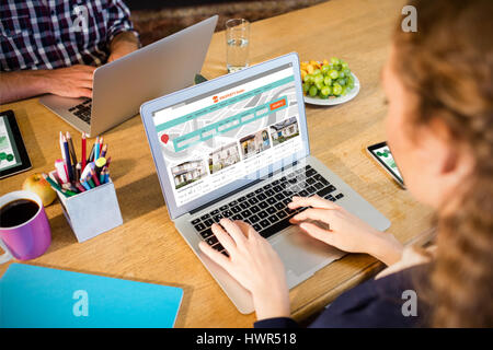 Image composite des biens contre site web business woman working at Banque D'Images