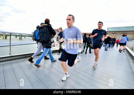 Londres, Angleterre, Royaume-Uni. Sur le pont du Millenium, fonctionnant à partir de la Tate Modern vers le nord Banque D'Images