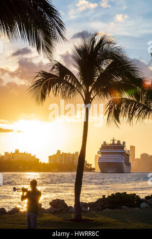 Floride FL South Miami Beach South Pointe Park public Park Gouvernement bateau de croisière sur l'eau coupée au départ port coucher du soleil palmiers adultes m