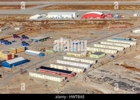 Vue aérienne sur des quartiers et la piste de l'aéroport de Kangerlussuaq, Groenland Banque D'Images