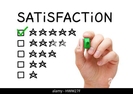 Mettre la main coche avec marqueur vert sur cinq étoiles sous forme de liste dans la satisfaction du client. Banque D'Images