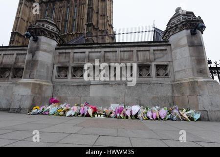 Londres, Royaume-Uni. Le 24 mars 2017. Les fleurs sont placées à l'extérieur du palais de Westminster au centre de Londres après les attaques terroristes du mercredi qui a coûté la vie à quatre victimes innocentes. Credit: Vickie Flores/Alamy Live News