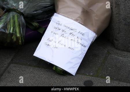 Londres, Royaume-Uni. 24Th Mar, 2017. Hommages de fleurs sur le trottoir au Parlement européen pour les victimes de la Mardi 21 mars 2017 L'attaque sur le pont de Westminster et dans le parc du Parlement, à Londres, le vendredi 24 mars 2017. par: Voir Li/Alamy Live News
