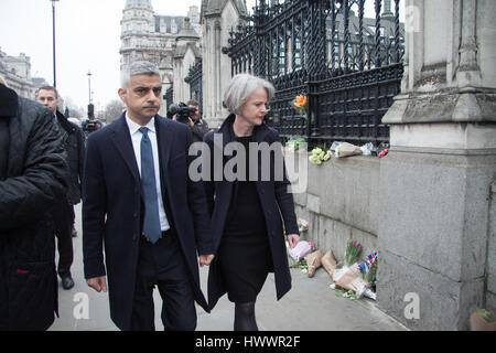 Londres, Royaume-Uni. 24Th Mar, 2017. Le maire de Londres Sadiq Khan visites au Parlement de rendre hommage aux fonctionnaires de police après les attaques de terreur Crédit: amer ghazzal/Alamy Live News