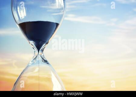 Au coucher du soleil Hourglass with copy space Banque D'Images