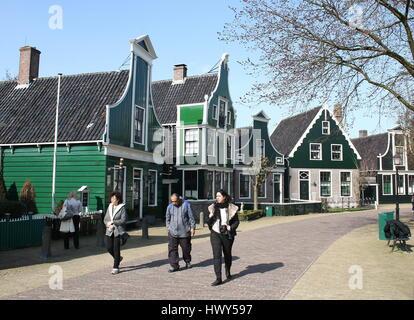 Les touristes étrangers à la Dutch village traditionnel de Zaanse Schans, Zaandam, Zaandijk / Pays-Bas Banque D'Images