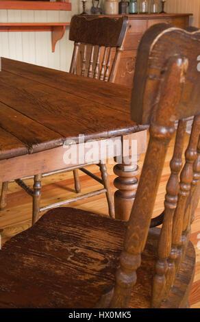 Mobilier table et chaises dans la salle à manger de 1825 Ancienne maison de l'intérieur. Banque D'Images