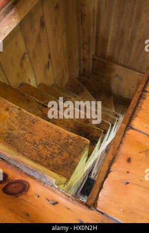 Escalier en bois en 1840 maison ancienne Canadiana intérieur. Banque D'Images