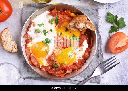 Petit-déjeuner avec les œufs, les tomates et le bacon dans une poêle à frire, vue du dessus, Close up Banque D'Images