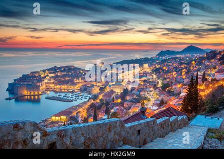 Dubrovnik, Croatie. Belle romantique vieille ville de Dubrovnik pendant le coucher du soleil. Banque D'Images