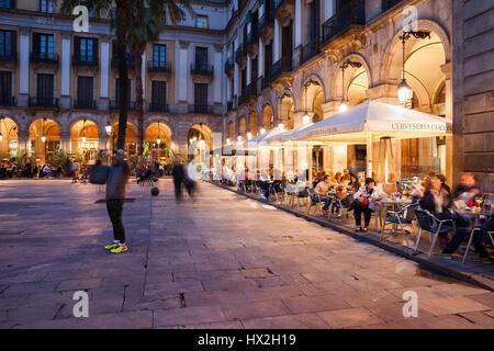 Plaça Reial à Barcelone de nuit avec des restaurants, cafés, place Royale dans le centre-ville historique, Barri Gotic trimestre, Catalogne, Espagne