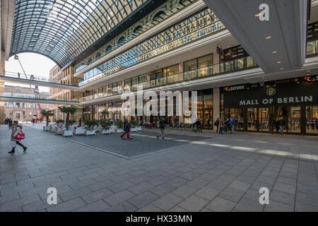 Berlin, Allemagne - 24 mars 2017: l'intérieur de la cour de 'Le centre commercial de Berlin', un grand centre commercial Banque D'Images