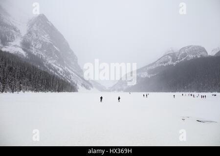 BANFF, ALBERTA, CANADA - Le 30 janvier 2017: les touristes à pied sur la rivière Bow, vu de l'hôtel Banff Springs Banque D'Images