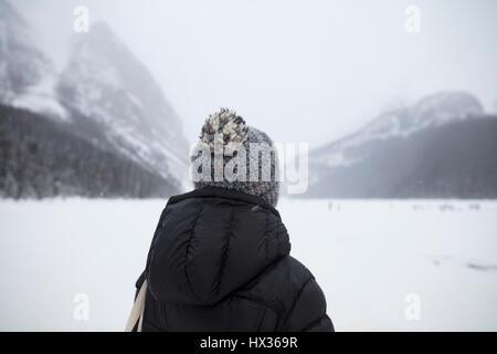 BANFF, ALBERTA, CANADA - Le 30 janvier 2017: un touriste regarde la rivière Bow congelé, près de l'hôtel Banff Banque D'Images