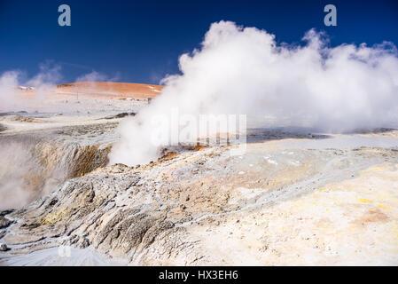 La vapeur chaude de flaques d'eau et de boue dans la région géothermique des hauts plateaux andins de Bolivie. Roadtrip Banque D'Images