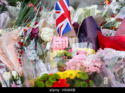 Londres, Royaume-Uni. 24 mars, 2017. Attaque terroriste de Westminster au centre de Londres. Tributs floraux pour les victimes sont visibles à l'extérieur du Parlement, deux jours après le 22 mars attaque terroriste de Westminster au centre de Londres, Angleterre le 24 mars 2017. Credit: Han Yan/Xinhua/Alamy Live News