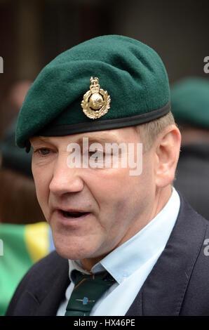 Londres, Royaume-Uni. 24Th Mar, 2017. Les partisans de l'extérieur de la Sgt Blackman Cour royale de Justice attendre la phrase modifiée. Credit: JOHNNY ARMSTEAD/Alamy Live News