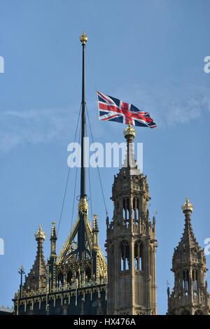 Le Parlement, à Londres, Royaume-Uni. 24Th Mar, 2017. D'un drapeau en berne à Westminster. Crédit: Matthieu Chattle/Alamy Live News