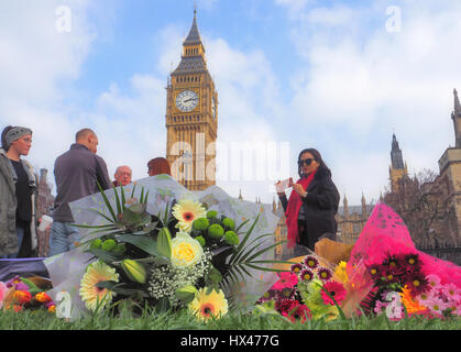 Londres, Royaume-Uni. 24Th Mar, 2017. Hommages fleur recueillir en face de la Chambre du Parlement en commémoration de l'attentat du 22 mars 2017 Crédit: Brian Minkoff/Alamy Live News