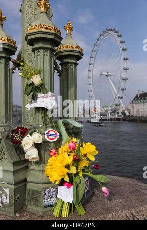 Londres, Royaume-Uni. 24Th Mar, 2017. Les Londoniens laisser tributs floraux pour les victimes de l'attaque terroriste sur le pont de Westminster. Credit: Bettina Strenske/Alamy Live News
