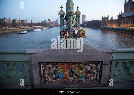 Londres, Royaume-Uni. 24Th Mar, 2017. tributs floraux sur Westminster Bridge suivant l'attaque de mercredi sur Westminster. Khalid Masood a conduit une voiture dans les piétons sur le pont de Westminster avant de passer au PC poignarder mortellement Keith Palmer. Credit: Thabo Jaiyesimi/Alamy Live News