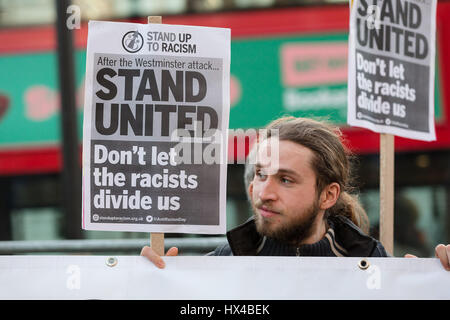 """Londres, Royaume-Uni. 24Th Mar, 2017. Stand Up au racisme et musulmanes et d'engagement et de développement (NEDEM) tenir une vigile de protestation et de l'unité contre le racisme et l'Islamophobie en face de Downing Street, à la lumière de l'attaque au Palais de Westminster qui a laissé quatre personnes dont un officier de police morts le 22 mars. Les participants ont tenu des banderoles lecture 'Stand United. Ne laissez pas les racistes nous diviser"""". Credit: Vickie Flores/Alamy Live News"""