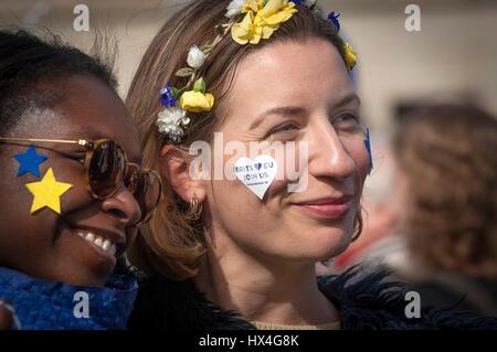 """Berlin, Allemagne 25 Mar 2017 européens à la 'Marche pour l'Europe"""" à Berlin, Allemagne. Plusieurs sur le 60e anniversaire des Traités de Rome du 10 de milliers ont défilé dans les grandes villes d'Europe à l'appui de l'Union européenne. Credit: Craig Stennett/Alamy Live News Banque D'Images"""