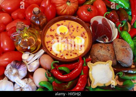 Salmorejo est une nourriture typique de l'Andalousie, dans le sud de l'Espagne. Ses ingrédients sont la tomate, Banque D'Images