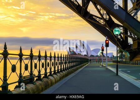 Opéra de Sydney à l'aube vue du dessous du pont du port de Sydney Banque D'Images