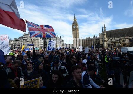 Des manifestants pro-UE se rassembler à la place du Parlement, le centre de Londres, au cours d'une marche pour l'Europe rassemblement contre Brexit.