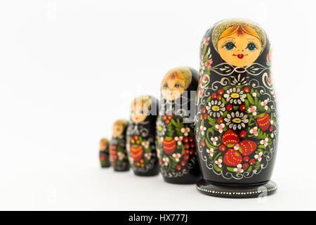 De magnifiques poupées russes d'emboîtement (poupées matriochka) avec blanc, vert et rouge peinture in front of Banque D'Images