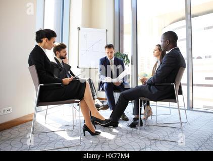 Les entrepreneurs et les gens d'affaires conférence en salle de réunion moderne. Banque D'Images