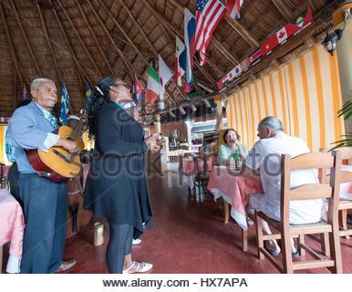 """Groupe de musique acoustique traditionnelle cubaine jouer aux touristes dans le restaurant """"El Rancho"""". Banque D'Images"""
