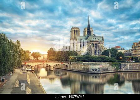 La cathédrale Notre Dame de Paris qui reflète de rivière sur le lever du soleil, Paris, France Banque D'Images