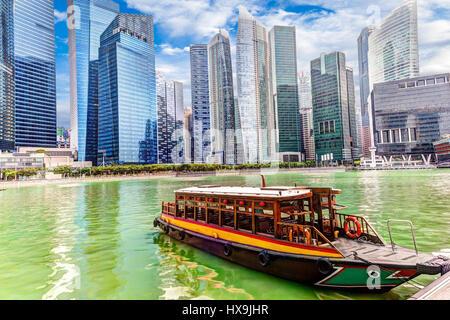 Un quai à Marina Bay bumboat sur fond de gratte-ciel dans le quartier des affaires de Singapour. Le rendu HDR. Banque D'Images