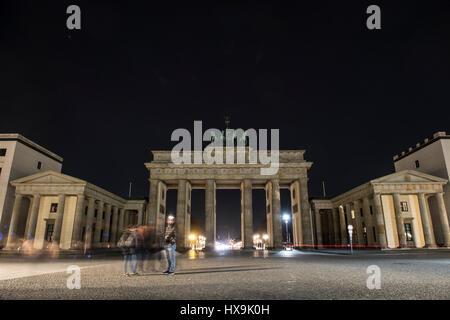 Berlin, Allemagne. Mar 25, 2017. La porte de Brandebourg est allumé juste avant 'l'heure de la Terre' à Berlin, Allemagne, 25 mars 2017. Photo: Paul Zinken/dpa/Alamy Live News Banque D'Images