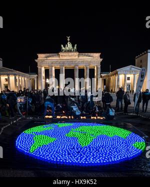 Berlin, Allemagne. Mar 25, 2017. Un monde de lumières DEL sont allumées pour l'international 'Earth Hour' à Berlin, Banque D'Images