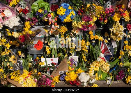 Londres, Royaume-Uni. Mar 25, 2017. Printemps des fleurs à l'extérieur de la clôture périphérique du Palais de Westminster, à la mémoire des victimes de l'attaque terroriste sur Westminster le 22 mars. Credit: Mark Kerrison/Alamy Live News