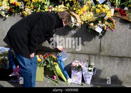 25 Mar 2017. Les gens quittant tributs floraux et des messages pour l'attaque terroriste de Westminster victimes au cours de l'unir pour l'Europe de mars à Londres, Royaume-Uni.