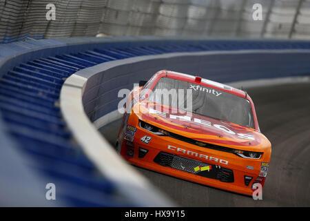 Fontana, California, USA. Mar 25, 2017. 25 mars 2017 - Fontana, California, USA: Kyle Larson (42) pour les batailles au cours de la position de la série NASCAR à Eurosport France NXS 300 Auto Club Speedway à Fontana, en Californie. Crédit: Justin R. Noe Asp Inc/ASP/ZUMA/Alamy Fil Live News