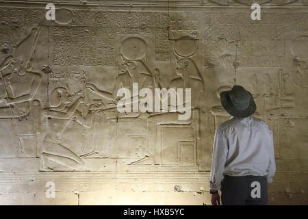 Voyageur au memorial temple de Seti l à Abydos Banque D'Images